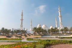 ABU DHABI - 7. DEZEMBER 2016: Sheikh Zayed Mosque auf einem schönen Lizenzfreie Stockfotos