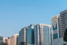 ABU DHABI - DEZEMBER 2016: Stadtgebäude herein im Stadtzentrum gelegen Abu Dhabi Stockfotografie