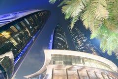 ABU DHABI - 7. DEZEMBER 2016: Straßenansicht von im Stadtzentrum gelegenem Abu Dhabi Stockfotografie
