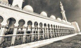 ABU DHABI - DEZEMBER 2016: Touristen und Einheimische in Sheikh Zayed M Stockfotografie