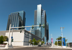 Abu Dhabi Downtown-Straßen mit Wolkenkratzern Stockbild