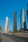 Abu Dhabi Downtown-Straßen mit Wolkenkratzern Stockfotografie
