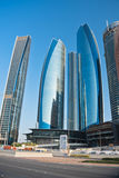 Abu Dhabi Downtown-Straßen mit Wolkenkratzern Lizenzfreies Stockfoto
