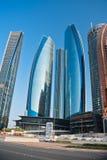 Abu Dhabi Downtown-Straßen mit Wolkenkratzern Lizenzfreie Stockfotografie