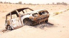 ABU DHABI, EMIRATOS ÁRABES UNIDOS - 3 de abril de 2014: Deserto de Liwa na região ocidental Al Gharbia de Abu Dhabi com queimado Fotos de Stock