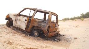 ABU DHABI, EMIRATOS ÁRABES UNIDOS - 3 de abril de 2014: Deserto de Liwa na região ocidental Al Gharbia de Abu Dhabi com queimado Fotografia de Stock