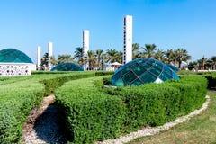 Abu Dhabi, Emiratos Árabes Unidos - 13 de dezembro de 2018: Elementos da melhoria no parque na frente da mesquita grande imagens de stock royalty free