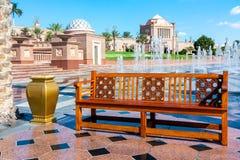 Abu Dhabi, Emiratos Árabes Unidos - 13 de dezembro de 2018: fonte e ajardinar elementos no centro de Abu Dhabi perto do fotos de stock