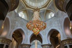 ABU DHABI, EMIRATOS ÁRABES UNIDOS - 5 DE DEZEMBRO DE 2016: Interior de Sheikh Zayed Grand Mosque em Abu Dhabi fotografia de stock