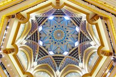 Abu Dhabi, Emiratos Árabes Unidos - 13 de dezembro de 2018: Teto bonito do palácio dos emirados em Abu Dhabi fotos de stock royalty free