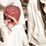 Abu Dhabi - emiratpojke med röd keffiyeh royaltyfria foton