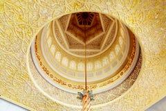 Abu Dhabi, Emirats Arabes Unis - 13 décembre 2018 : Intérieur de la mosquée grande en Abu Dhabi - le plafond, un endroit pour photo stock