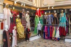 Abu Dhabi enig arab emirat-April 14, 2018: arabisk framdel för klädlager arkivbilder