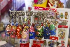 Abu Dhabi enig arab emirat-April 14, 2018: Matryoshka på souvenirmarknaden shoppar Olika färgryssdockor Fotografering för Bildbyråer