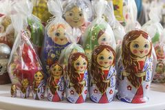 Abu Dhabi enig arab emirat-April 14, 2018: Matryoshka på souvenirmarknaden shoppar Olika färgryssdockor Royaltyfri Fotografi
