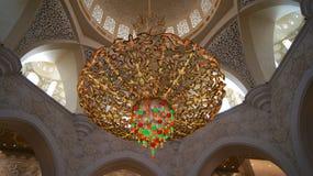 ABU DHABI FÖRENADE ARABEMIRATEN - APRIL 2nd, 2014: Inredesign av Sheikh Zayad Mosque, taket och ljuskronan inom Fotografering för Bildbyråer