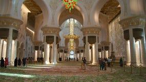 ABU DHABI FÖRENADE ARABEMIRATEN - APRIL 2nd, 2014: Inredesign av Sheikh Zayad Mosque, taket och ljuskronan inom Arkivbild