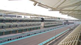 ABU DHABI FÖRENADE ARABEMIRATEN - APRIL 4th, 2014: Yasen Marina Formula 1 grand prixströmkrets Ställ in bland en marina Fotografering för Bildbyråer