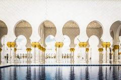 Abu Dhabi Förenade Arabemiraten, December 16, 2015: Bågar och kolonner av Sheikh Zayed Grand Mosque royaltyfria bilder