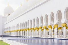 Abu Dhabi Förenade Arabemiraten, December 16, 2015: Bågar och kolonner av Sheikh Zayed Grand Mosque arkivfoton