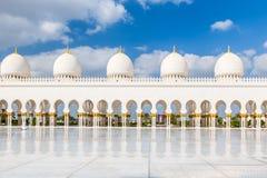 Abu Dhabi Förenade Arabemiraten, December 16, 2015: Bågar och kolonner av Sheikh Zayed Grand Mosque royaltyfri fotografi