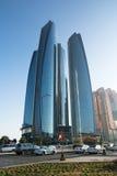 ABU DHABI FÖRENADE ARABEMIRATEN - DECEMBER 4, 2016: Etihad står högt i Abu Dhabi Royaltyfri Fotografi