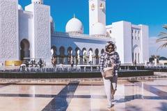 Abu Dhabi Förenade Arabemiraten - December 13, 2018: flickan är på fyrkanten framme av den storslagna moskén royaltyfri fotografi