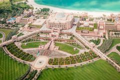 Abu Dhabi Förenade Arabemiraten, December 16, 2015: Flyg- sikt av emiratPalace Hotel royaltyfria foton