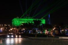 ABU DHABI FÖRENADE ARABEMIRATEN - DECEMBER 4, 2016: Lyxigt emiratslotthotell på natten Laser- och ljusshow i beröm av Royaltyfri Bild