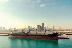 Abu Dhabi Förenade Arabemiraten - December 13, 2018: Stort skepp i lastport arkivfoton