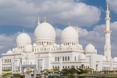 Abu Dhabi Förenade Arabemiraten, December 16, 2015: Yttre sikt av Sheikh Zayed Grand Mosque royaltyfria foton