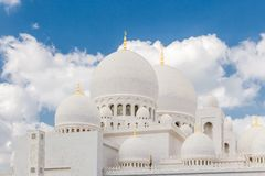 Abu Dhabi Förenade Arabemiraten, December 16, 2015: Yttre sikt av Sheikh Zayed Grand Mosque arkivfoton