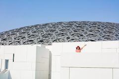 ABU DHABI FÖRENADE ARABEMIRATEN - JANUARI 26, 2018: Lyckliga touris Royaltyfri Foto