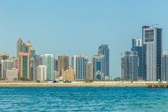 Abu Dhabi Förenade Arabemiraten, Maj 20, 2017: Citiscape av byggnader längs Cornichen arkivfoton