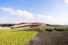 Abu Dhabi Ferrari World Theme parkerar byggnad in Uni Royaltyfri Foto