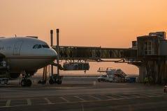 Abu Dhabi Im November 2012 Passagiere, die ein airplain unter Verwendung lassen Stockfoto