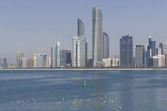 Abu Dhabi, inchaços de Emiratos Árabes Unidos estuques de grandes de uma skyline Foto de Stock Royalty Free