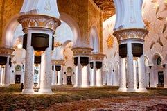 ABU DHABI - JUNI 5: Sheikh Zayed Mosque Arkivfoto