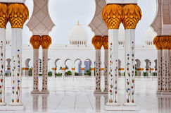 ABU DHABI - JUNI 5: Sheikh Zayed Mosque på Juni 5, 2013 Arkivfoton