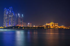 Abu Dhabi-Landschaft nachts, UAE Lizenzfreie Stockfotos