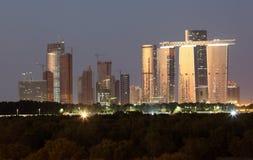 Abu Dhabi linia horyzontu przy półmrokiem zdjęcia stock