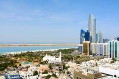 Abu Dhabi miasta środkowy teren z punktu zwrotnego widokiem nowożytny buildin Obrazy Royalty Free