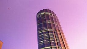 Abu Dhabi miasta magiczny purpurowy zmierzch z płaskim lataniem obok w 4K zbiory wideo
