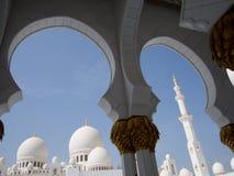 Abu Dhabi Mosque-Bögen und -hauben Stockfotografie