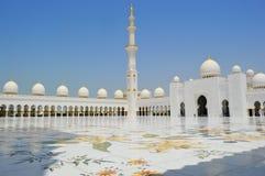 Abu Dhabi Mosque Dubai askfat Fridsamt och heligt ställe storslagen moské arkivbilder