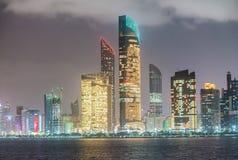 Abu Dhabi-Nachtskyline, UAE Stockfoto