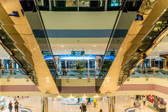ABU DHABI - 4. NOVEMBER 2016: Luxusinneneinkaufszentrumjachthafenmall in Abu Dhabi, UAE Marina Mall ist Abu Dhabi-` s erstklassig Stockfoto