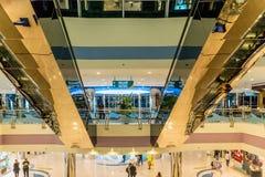 ABU DHABI - NOVEMBER 4, 2016: Lyxig inre köpcentrummarinagalleria i Abu Dhabi, UAE Marina Mall är högvärdigt sh för Abu Dhabi ` s Arkivfoto