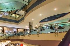 ABU DHABI - NOVEMBER 4, 2016: Lyxig inre köpcentrummarinagalleria i Abu Dhabi, UAE Marina Mall är högvärdigt sh för Abu Dhabi ` s Arkivfoton