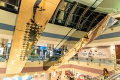 ABU DHABI - NOVEMBER 4, 2016: Lyxig inre köpcentrummarinagalleria i Abu Dhabi, UAE Marina Mall är högvärdigt sh för Abu Dhabi ` s Arkivbilder